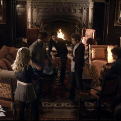 Caroline, Ric, Jeremy, Stefan, Damon und Bonnie bei der Besprechung für den Abend