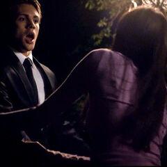 Elena erschrickt Jeremy indem sie ihn zur Seite zieht