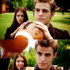Stefan fängt Tylers Ball und beeindruckt damit auch Elena.