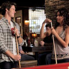 Bonnie und Jeremy bei ihrem Date im Grill.
