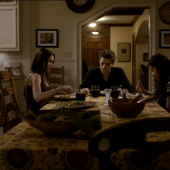 Elena, Stefan und Bonnie beim Abendessen