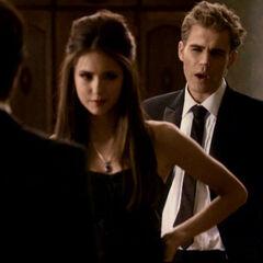 Katherine will, dass Damon sie küsst. Stefan lenkt sie ab