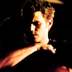 Stefan tröstet und umarmt Elena nachdem Mr. Tanner umgebracht wurde.