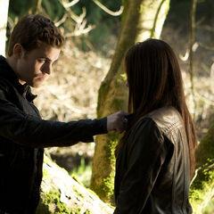 Elena und Stefan treffen sich auf dem Friedhof.
