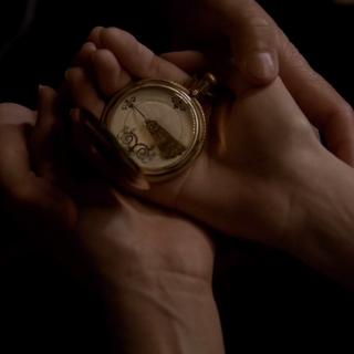 Elena mit dem Kompass, er zeigt auf Stefan.
