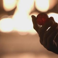 Alaric montre la pierre a Bonnie