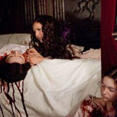Katerina découvre sa mère et sa sœur tuées par Klaus