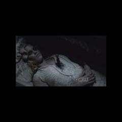Rebekah dans son cercueil