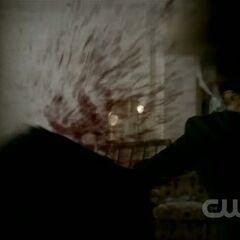 Elijah décapite Trevor