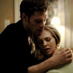 Klaus donne son sang à Caroline qui était sur le point de mourir dû à une récente morsure involontaire de Tyler.