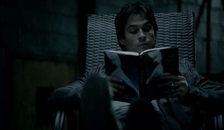 Damon lit les 50 Shades Of Grey