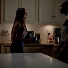 Elena a des hallucinations dans lesquelles elle voit Connor