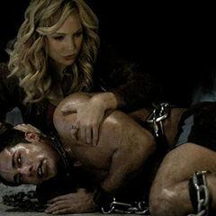 Tyler, durant sa première transformation, avec Caroline.