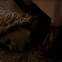 Stefan décapite une fille