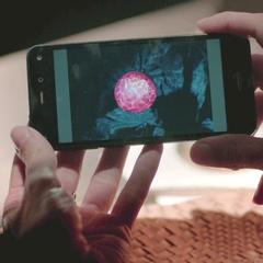 Lily montre une photo de la pierre a Enzo