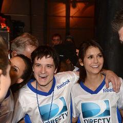 Avec Josh Hutcherson au DIRECTV'S Seventh Annual Celebrity Beach Bowl (2 février 2013)