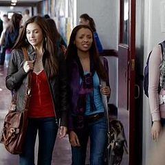 Elena et Bonnie le jour de la rentrée au lycée de Mystic Falls