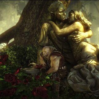 Лето, сидящий на статуе влюбленных