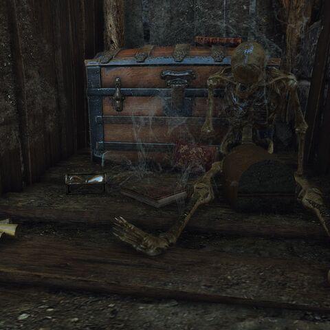 Иссохший скелет и шкатулка, в которой хранится старое письмо