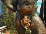 Гениталии статуи Режинальда