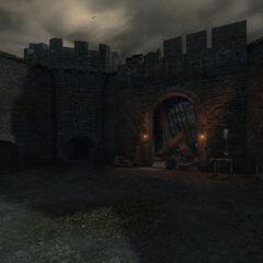Разрушенные ворота, ведущие в верхний двор