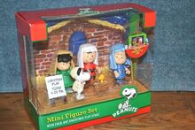 Peanuts Snoopy Christmas Play Mini Figure Set With Fold Out Christmas Play Stage