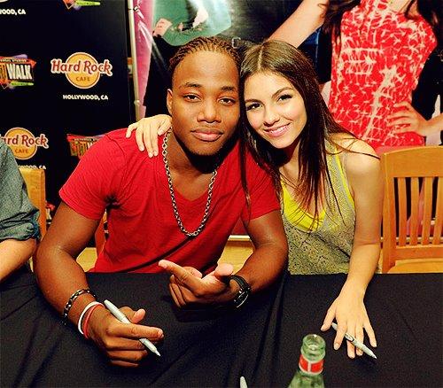 Leon Thomas dating Ariana Grandedating simulaattorit ilmaiseksi
