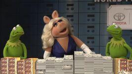 Muppets Most Wanted - Miss Piggy Kermit Constantine Interview