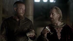 Участвуя в убийстве Бургреда, Рагнар и Эгберт опорожняют свои кубки с отравленным вином