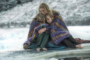Аслауг обнимает спасшихся детей