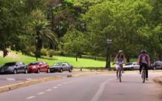 Leon-zeigt-violetta-wie-man-Fahrrad-faehrt