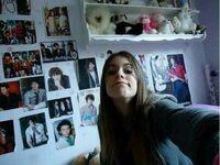 Tini im Zimmer mit Posters