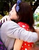 Broadway und Fran umarmen sich