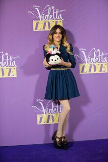 Photos-Violetta-Craquante-elle-prend-la-pose-avec-des-Tsum-Tsum portrait w674