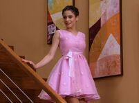 Violetta con el vestido de su madre