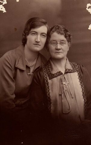 File:Eleanor&chrissie-small.jpg