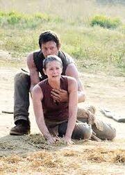 Daryl tient carol