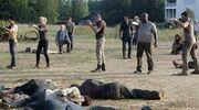 Glenn kills walkers