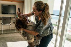 Alicia kills zombie christina