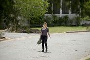 Jessie-Stands-Alone-in-The-Walking-Dead-Season-6-Episode-5 - Cópia