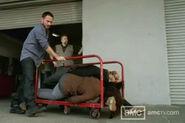 Chase sacando los cadaveres del almacen