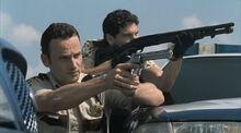 1х01 Рик и Шейн с оружием