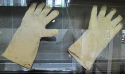 E Hillary gloves