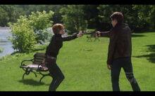 Claudia et Todd avec pistolets