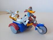 Bugs Bunny e Daffy Duck sul sidecar
