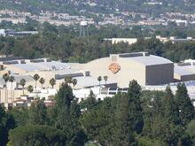 1024px-Studia Warner Bros.