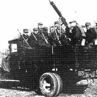 Пехотный взвод 10-й механизированной бригады в рогатывках с мягкой тульей. Грузовик <a class=