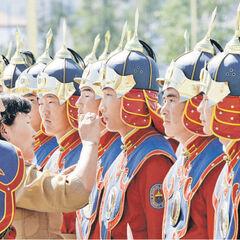 Почетный караул готовится к встрече зарубежной делегации в аэропорту Улан-Батора.