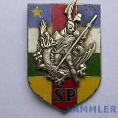 Эмблема президентской гвардии ЦАР. Необычный для Африки сюжет —средневековый рыцарь, поражающий дракона. Аббревиатура SP расшифровывается как Securite presidentielle.