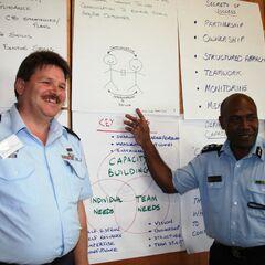 Австралийский полицейский (слева) со своим коллегой из Соломоновых островов.